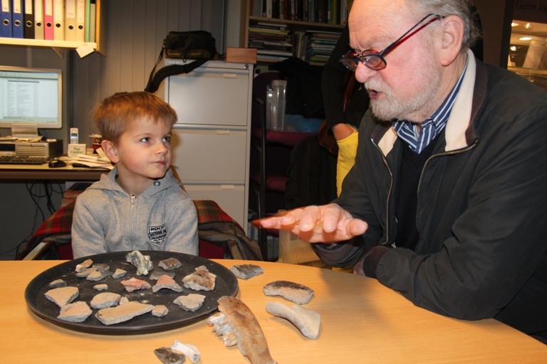Samen met Lammert Postma bekijkt Sybe zijn vondsten.