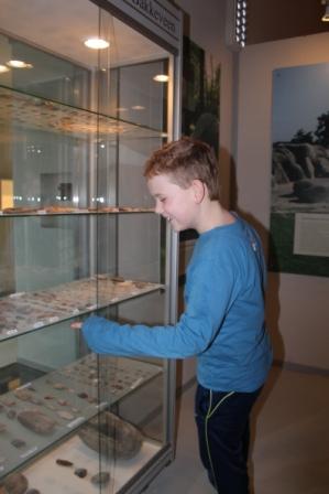 Even kijken wat er in de vitrines van het museum ligt